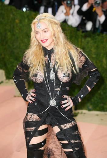 Og Madonna forfra. Lige så grænseoverskridende som bagfra (vil mange mene).