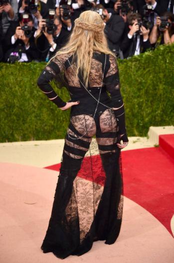 Madonna er selvfølgelig med på tendensen med mere nøgenhed på den røde løber.